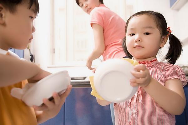 Những việc nhỏ trong nhà cho trẻ ở từng lứa tuổi khác nhau